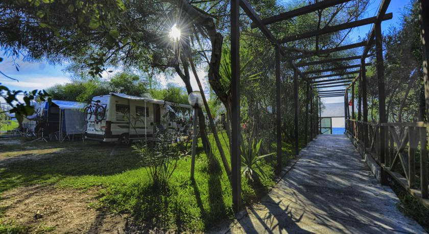Villaggio camping con piazzole per tende e caravan