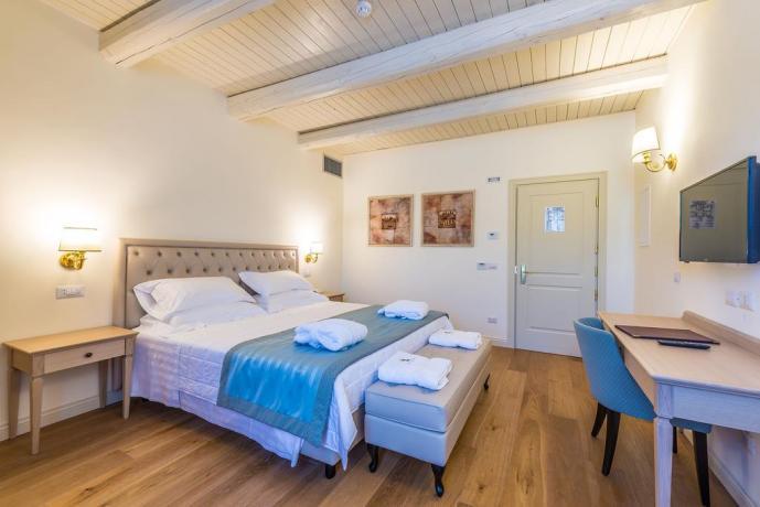 Romantiche camere con soffitti in legno