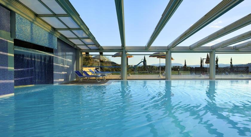 Offerta san valentino in suite idromassaggio vicino siena for Piani lussuosi con piscina coperta