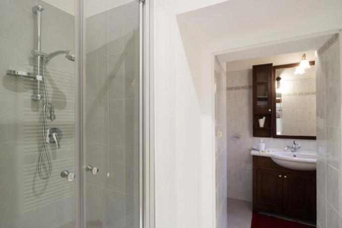 Bagno con doccia Appartamento-Clara Borgo-sul-Clitunno Umbria