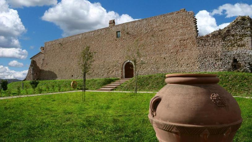 Veduta Castello di Gallano a Valtopina