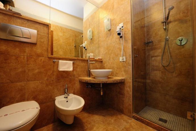 Bagno in camera con doccia Hotel ad Assisi