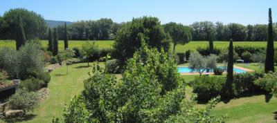 Grande parco con piscina