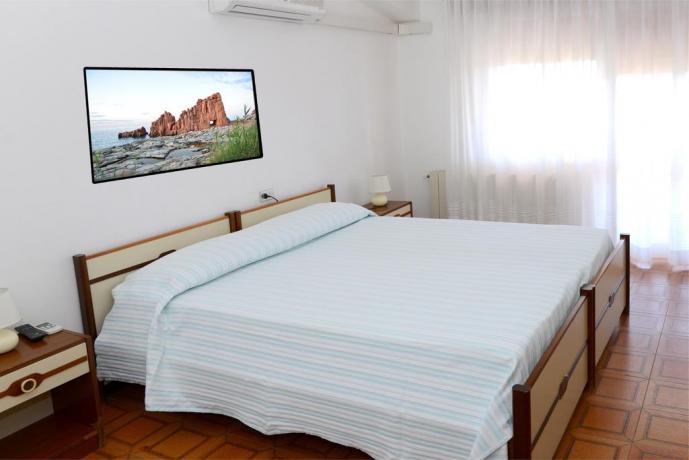Camera matrimoniale con balcone vista mare a Tancau