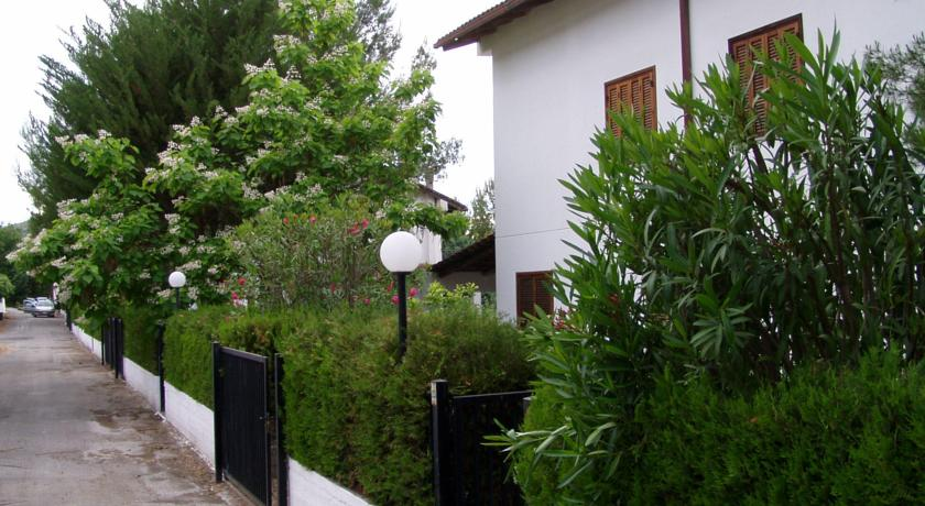 Villaggio con villette con giardino privato