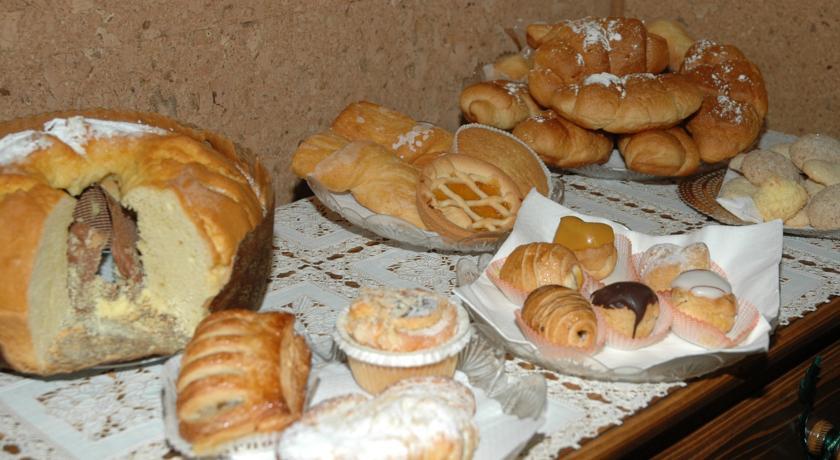 Ricco buffet di dolci per la colazione