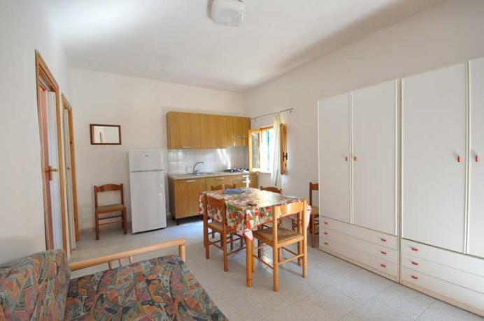 Camera con angolo cucina e soggiorno per pranzi