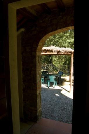 Patio esterno con tavolo Gavignano