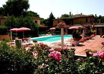 giardino esterno e piscina