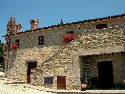 Antico casale in pietra con appartamenti
