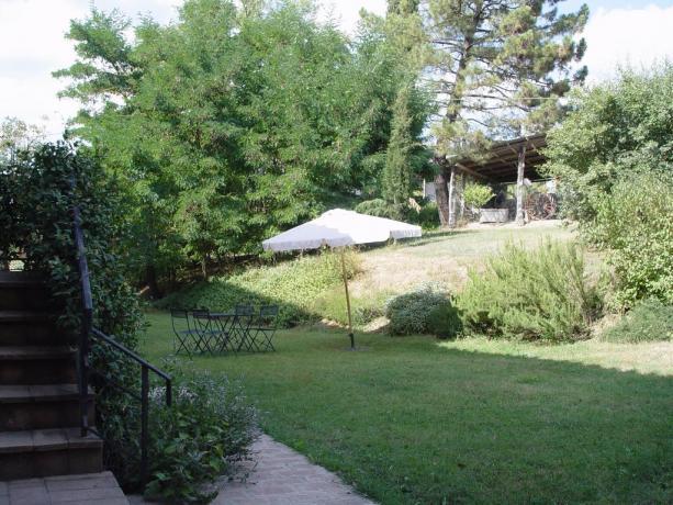 Agriturismo a Umbertide con giardino e ombrelloni