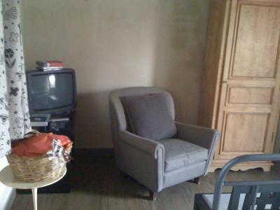 Stone room con tv e mobili in legno