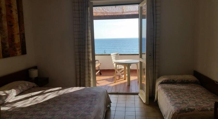 Camera con terrazza sul mare del hotel Cirella