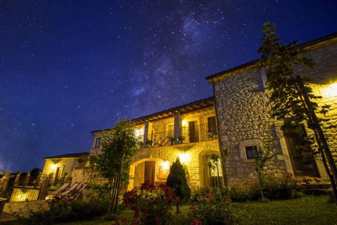 Agriturismo in pietra di notte