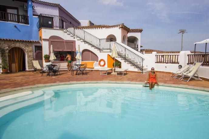 piscina con bar  a baja sardinia