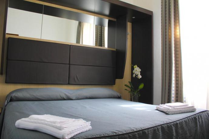 Hotel 3stelle centro Assisi camera matrimoniale set cortesia