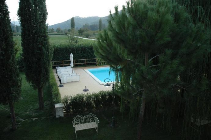 Scorcio piscina agriturismo vicino al Lago di Piediluco