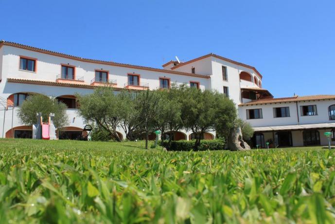 hotel-olbia-piscinascoperta-vascaidromassaggio-solarium-ariacondizionata-ilpanorama
