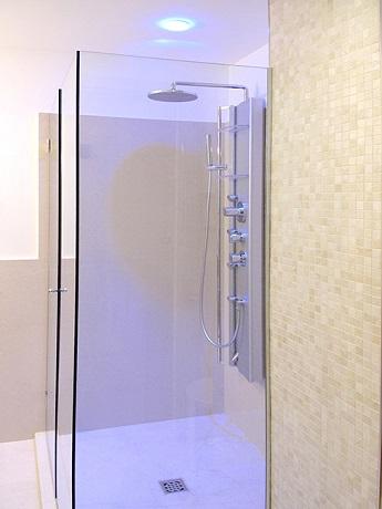 Arredamento moderno e Bagno privato in camera