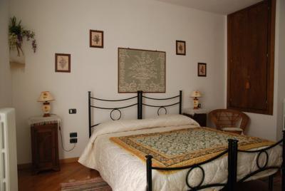 Camera Glicine letto in ferro battuto