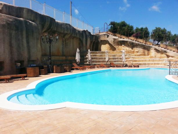 Hotel ad Alcamo, piscina esterna con lettini