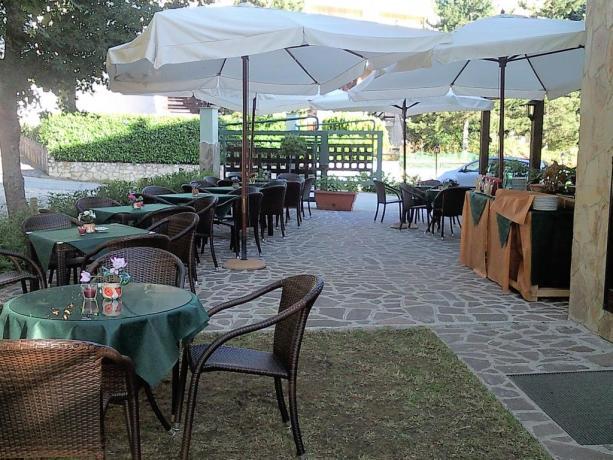 Sala colazione esterna hotel nel Parco Nazionale d'Abruzzo
