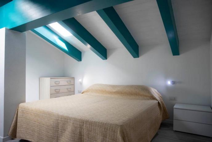 Appartamento-vacanze mansardato 2-4persone vicino Costa Paradiso