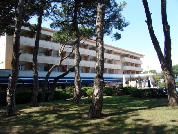 Struttura esterna dell'hotel con giardino