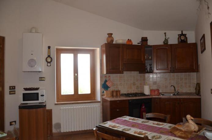 Sala per mangiare con angolo cucina e microonde