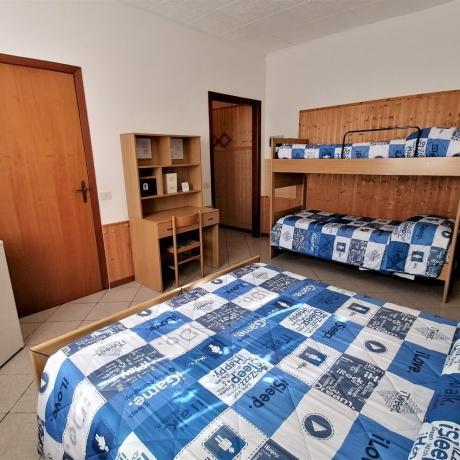 Camera quadrupla con scrivania agriturismo vicino Grosseto