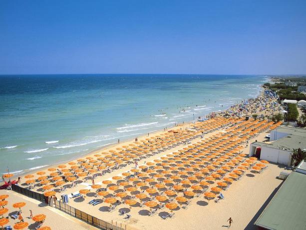 Spiaggia privata ed Attrezzata Villaggio TORRESERENA-BLUSERENA