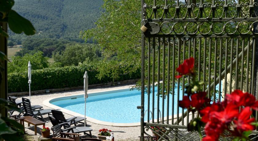 Suggestivo scorcio della piscina e paesaggio
