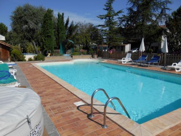piscina esterna dell'agriturismo