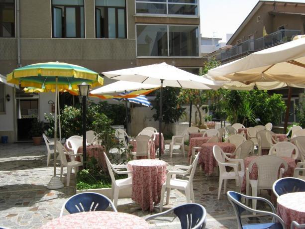 Cortile con Tavoli Hotel in Abruzzo