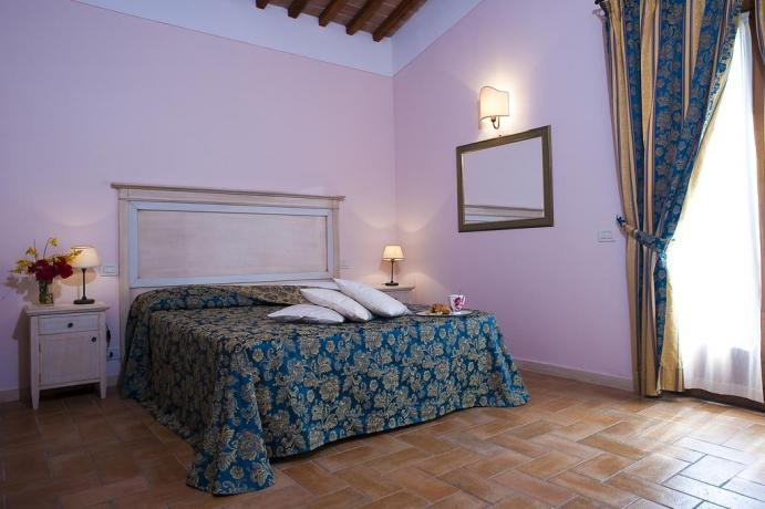 camera letto matrimoniale con bagno privato e biancheria