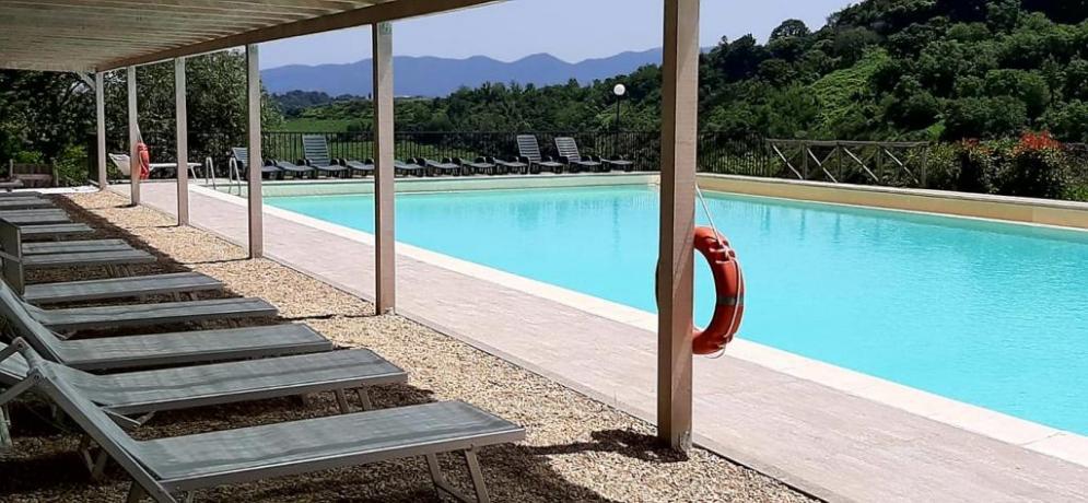 piscina con pergolato e lettini