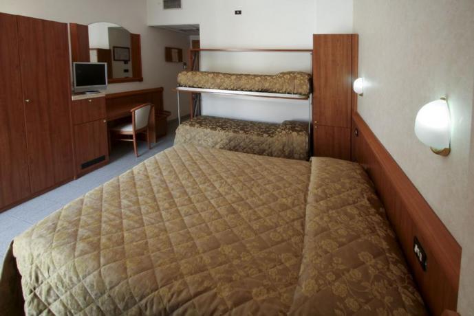 Camera con matrimoniale e letto a castello SIlviMarina