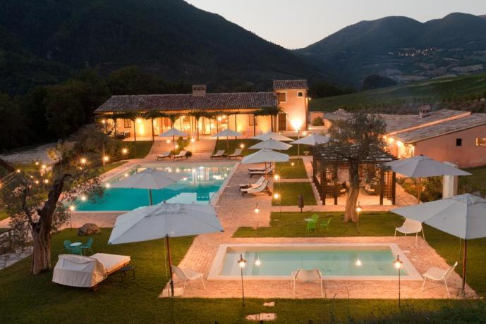 Agriturismo vista panoramica con Piscina in Umbria