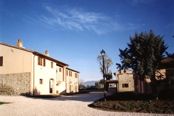 Casale fra Assisi e Perugia con appartamenti-vacanze Umbria