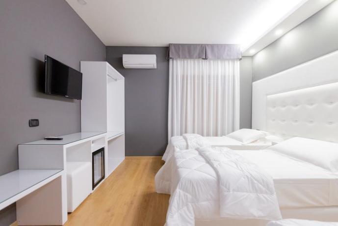 Camera familiare con scrivania e tv hotel4stelle Casapulla