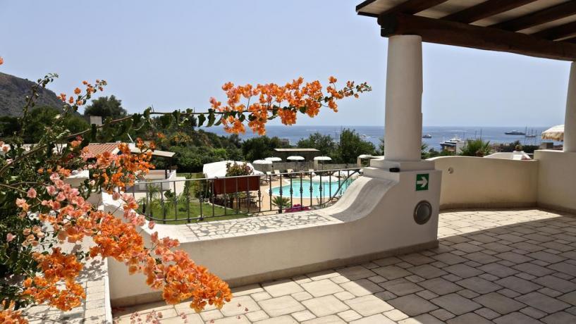 Hotel Eolie con ampio solarium vista mare