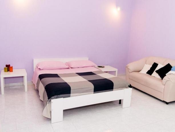 Camera matrimoniale con divano Hotel a Taranto
