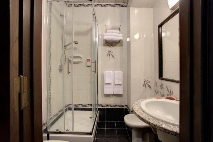 Bagno con box doccia albergo sul Lago Albano
