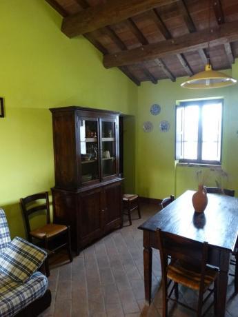 Salotto appartamenti luminoso con divano