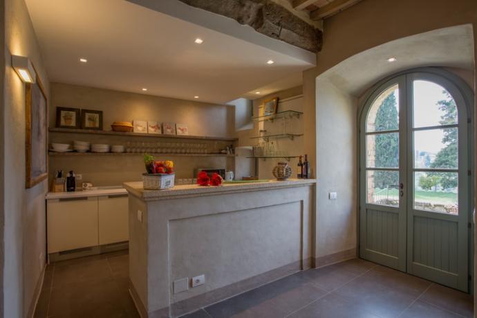 cucina attrezzata della villa con vista sul trasimeno