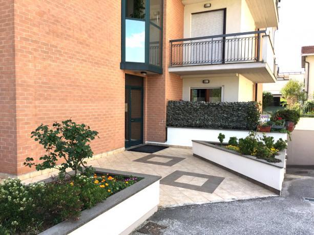 Ingresso, giardino e parcheggio privato