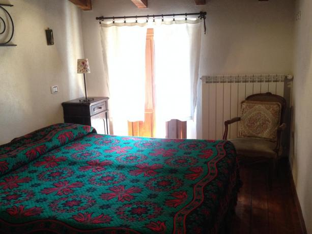 Camera matrimoniale con vista panoramica a Fontecchio