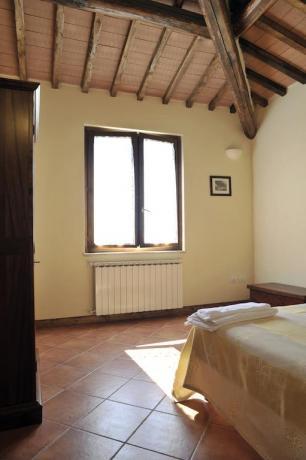 Camera matrimoniale con arredi d'epoca e finestra panoramica