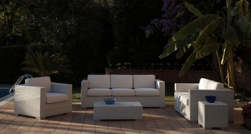 Poltrone e salotti da giardino per bordo piscina arredo for Divani per esterno offerte