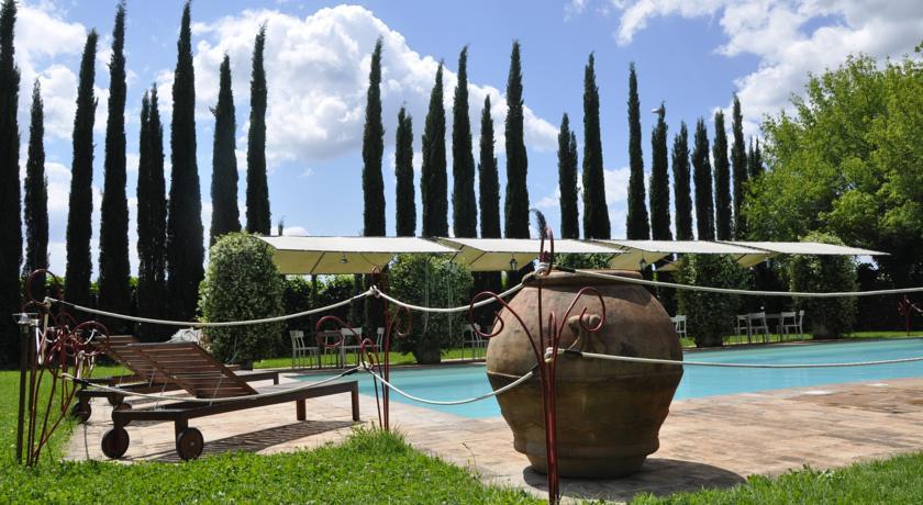 piscina esterna con ombrelloni e sdragli a spello